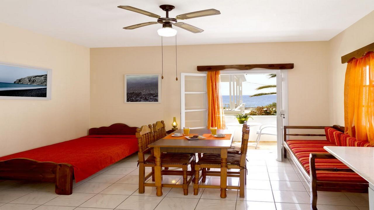 Dolphin Apartments 3* - Почивка в Санторини