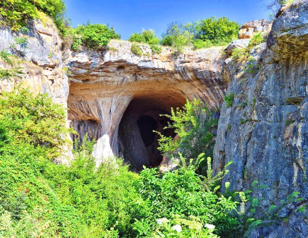 Пещера Проходна и Ловеч - еднодневна екскурзия с автобус