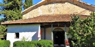 Село Малко Градище: Глухите камъни, тайните водопади и църквата